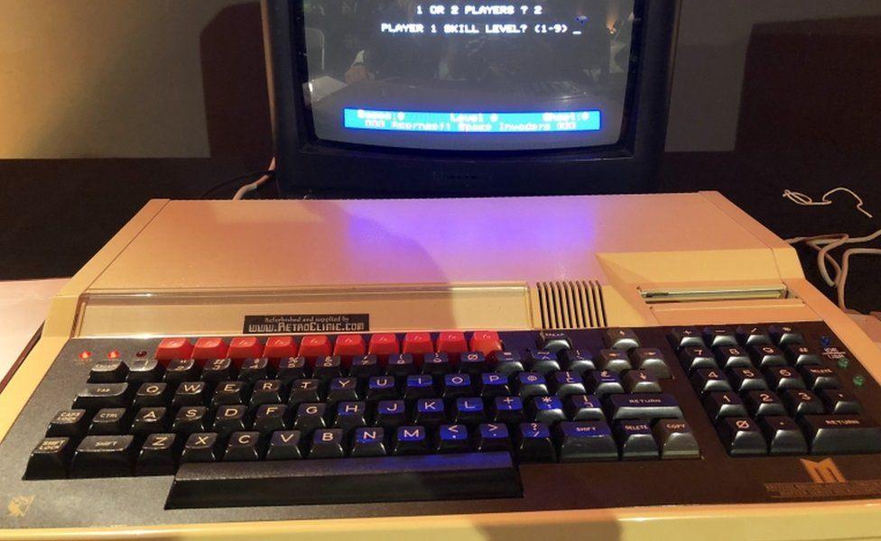 Дизайн «компьютер в клавиатуре» начинался с BBC Micro и другим домашним компьютерам 1980-х годов.
