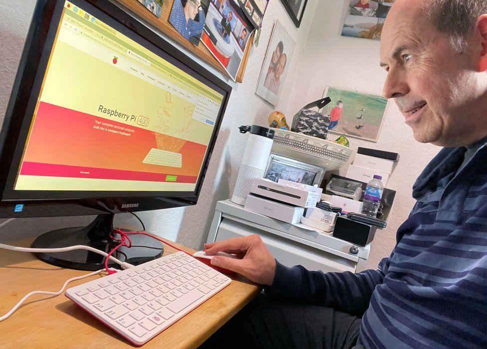 Компьютер поставляется с собственной операционной системой, но также может быть настроен для работы с версией Windows.