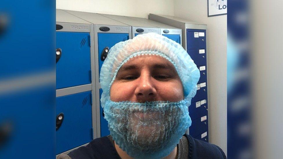 Ли Мур сказал, что коллеги-работники агентства стеснялись носить сетку для волос.
