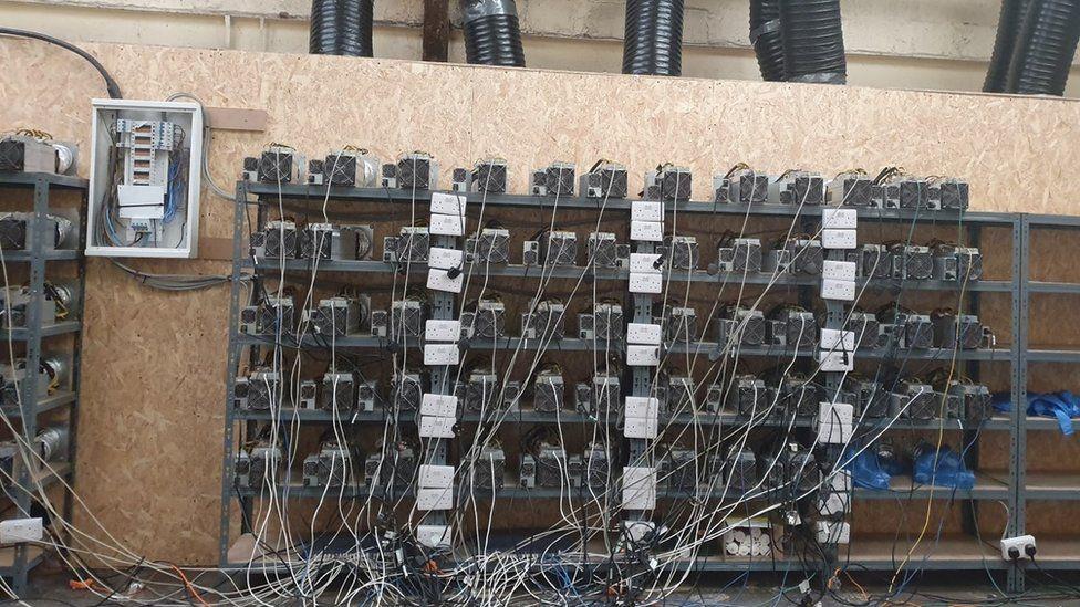 Полиция ожидала найти ферму каннабиса, но вместо этого обнаружила около 100 компьютерных единиц, «добывающих» криптовалюту.
