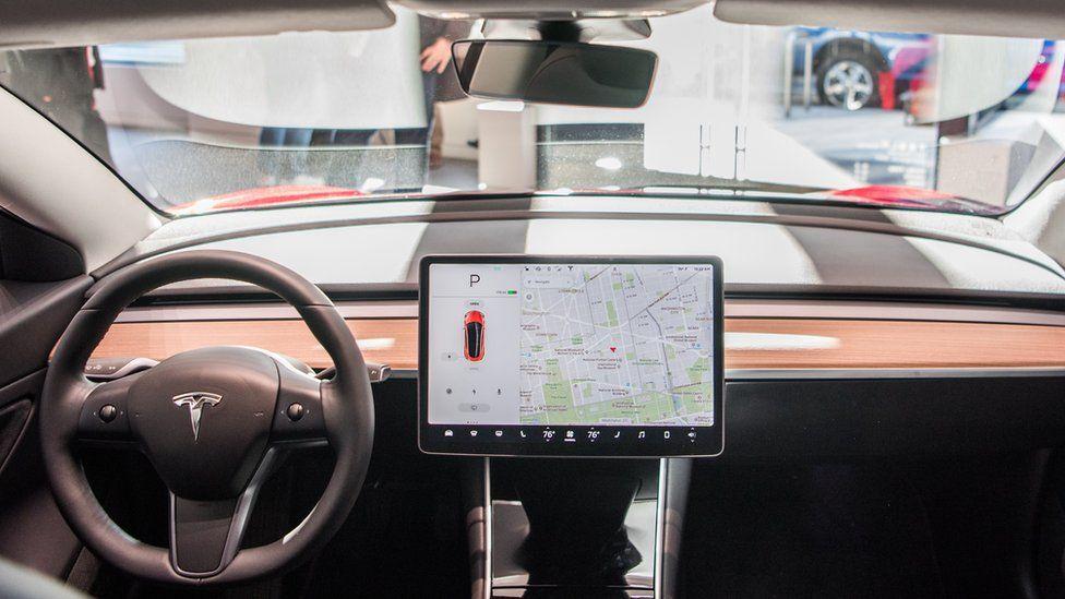 У многих моделей Tesla есть небольшая камера, спрятанная над зеркалом заднего вида.