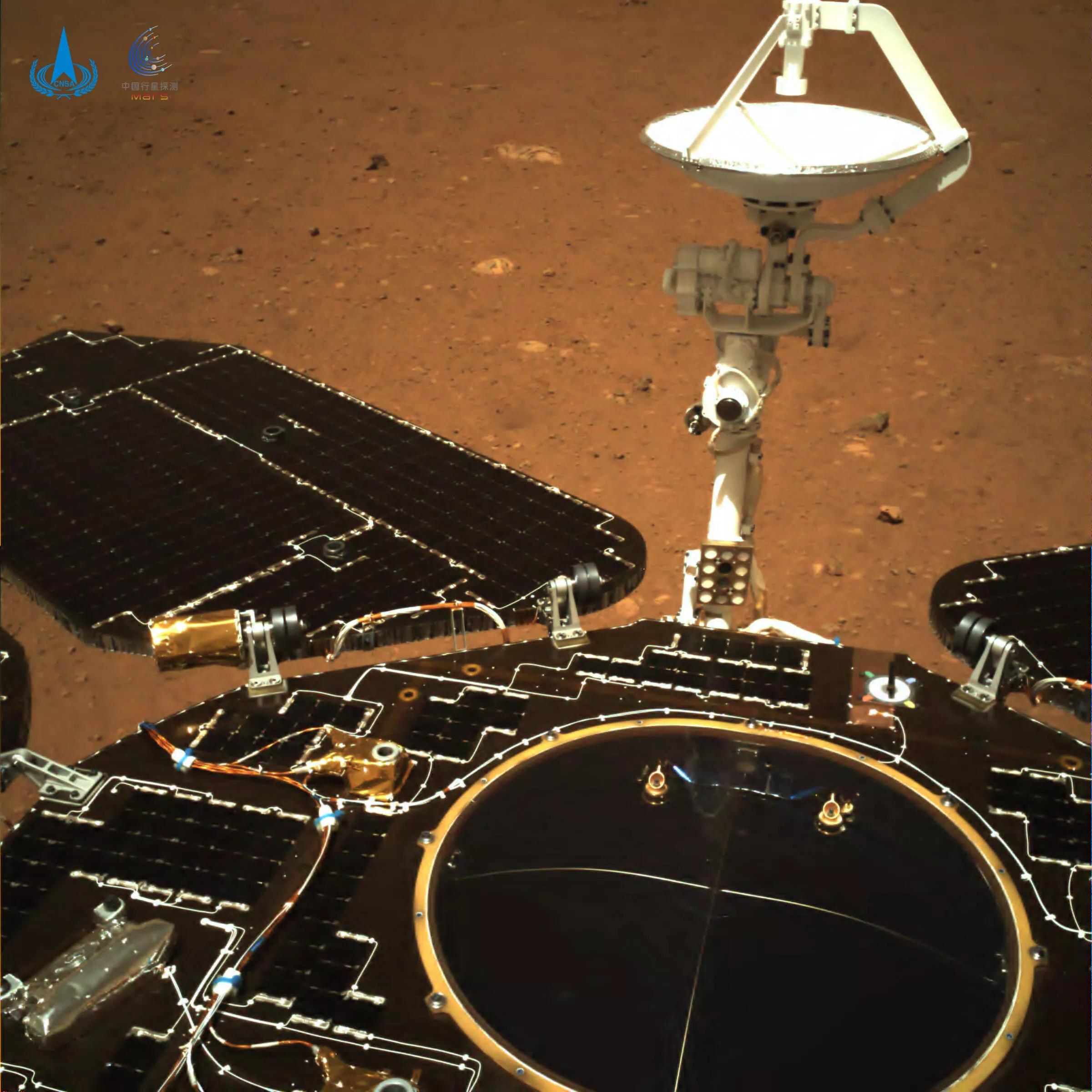 Марсоход Zhurong сделал это частичное селфи на Марсе с помощью задней навигационной камеры.