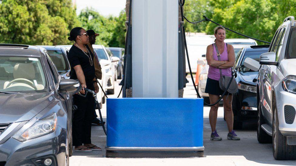Опасения по поводу нехватки топлива побудили некоторых клиентов панически покупать бензин в Соединенных Штатах.