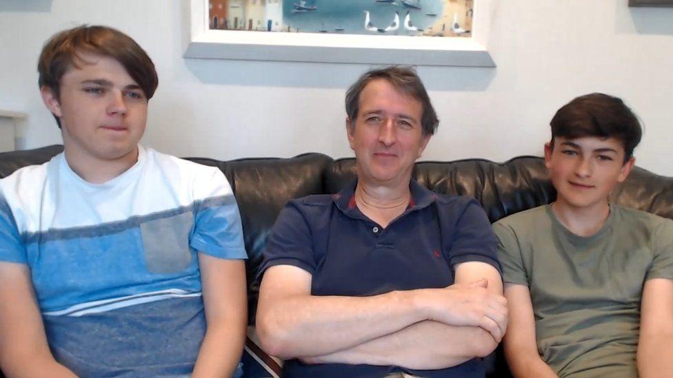 Гарри (слева) и Чарли (справа) болтали с Newsbeat со своим отцом Ховардом.