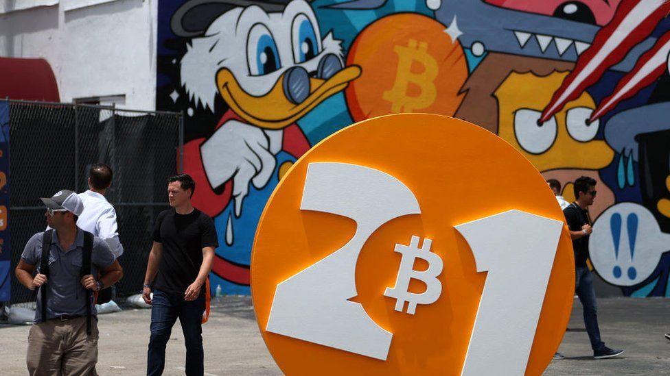 Люди развлекаются на конференции Bitcoin 2021, конференции по криптовалютам в Майами на этой неделе