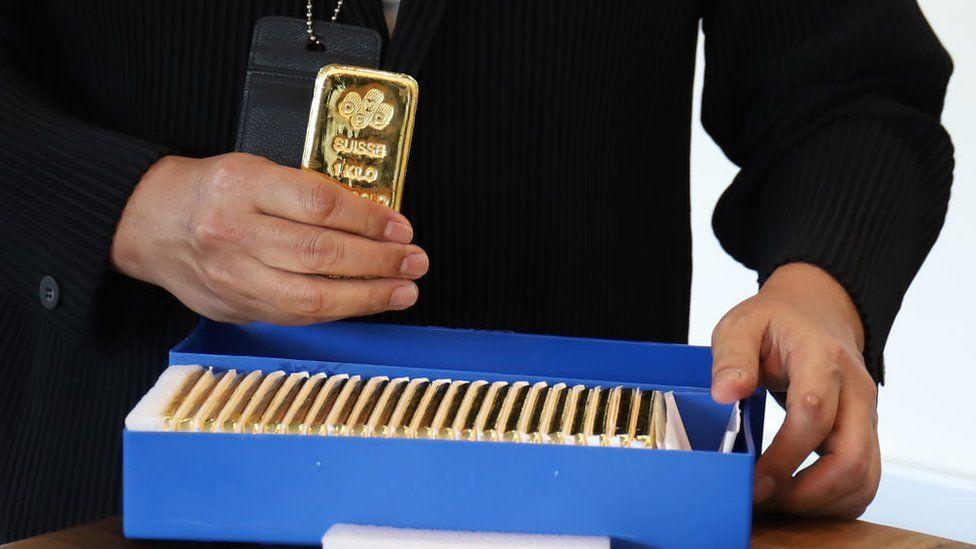 Г-н Уилсон говорит, что биткойн может представлять небольшую угрозу для золота, поскольку люди переводят свои инвестиционные ассигнования из драгоценных металлов в криптовалюту