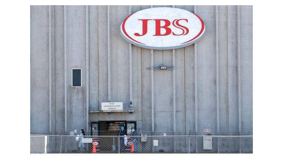 Компания была вынуждена на день приостановить забой скота на всех своих заводах в США.
