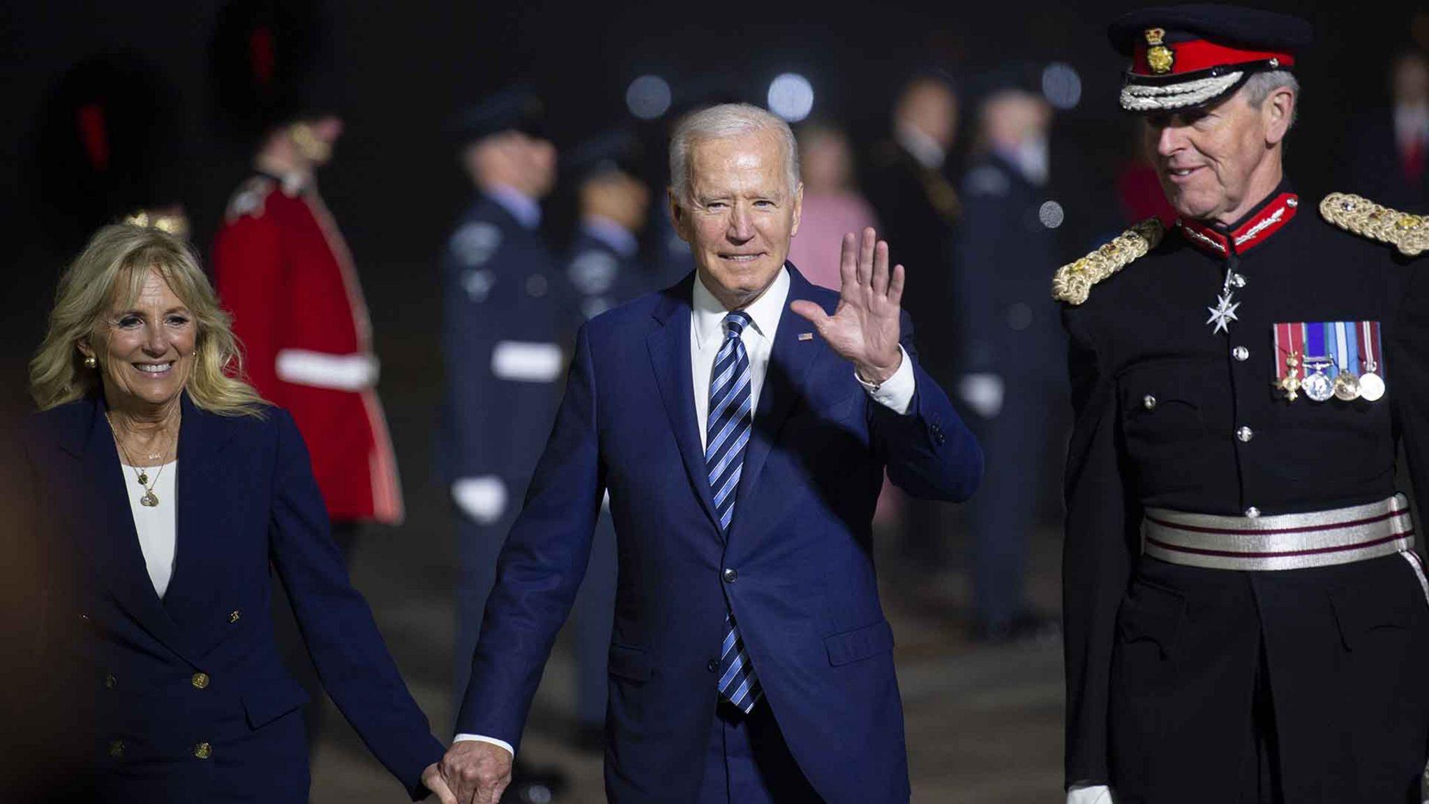 Президент Байден (в центре) сделал корпоративное налогообложение одним из своих приоритетов
