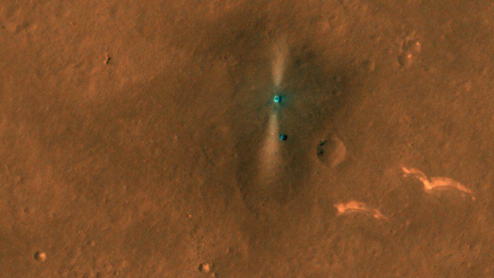 Спутник НАСА сфотографировал марсоход и посадочную платформу с орбиты. Mars
