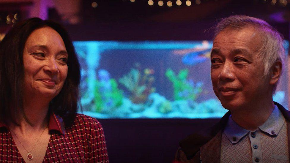 В одном из рекламных роликов кампании видно, как пара обменивается сообщениями WhatsApp во время ужина с разговорчивыми друзьями