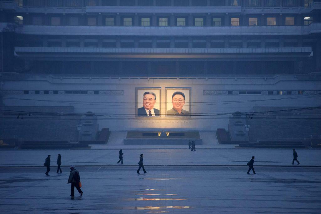 Портреты Ким Ир Сена и Ким Чен Ира на площади Ким Ир Сена, Пхеньян