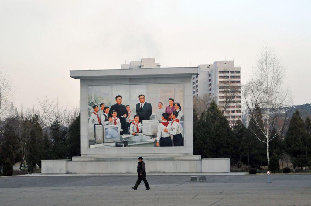 Фреска изображает Ким Ир Сена и Ким Чен Ира в школьном IT-классе