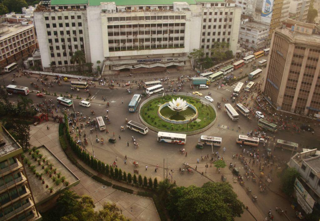 Вид на площадь Шапла в финансовом районе Дакки с верхнего этажа бангладешского банка