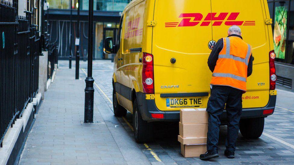 Больше онлайн-заказов означает больше складских площадей, необходимых для хранения товаров