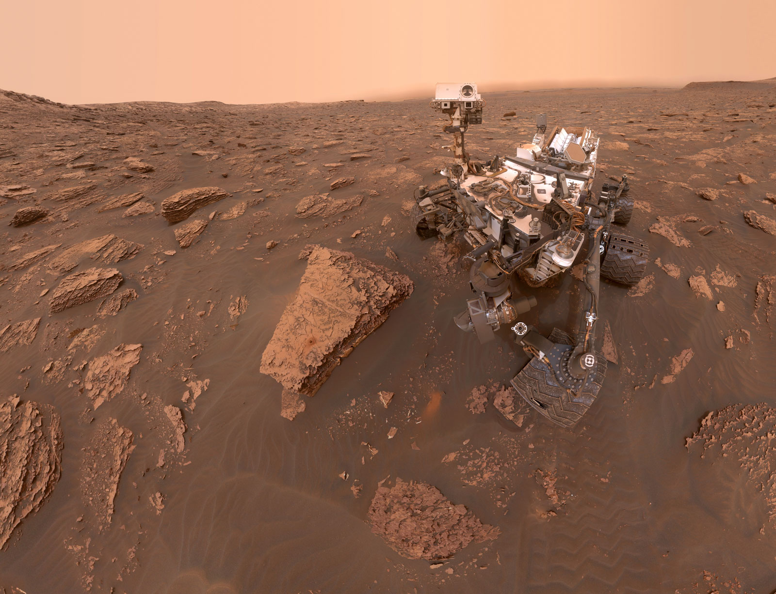 Селфи Curiosity «Дулут»: марсоход НАСА Curiosity сделал это селфи 15 июня 2018 года, что было 2082-м марсианским днем или солнцем миссии марсохода. Пыльная буря уменьшила солнечный свет и уменьшила видимость в месте нахождения марсохода, которое находилось на буровой площадке «Дулут».