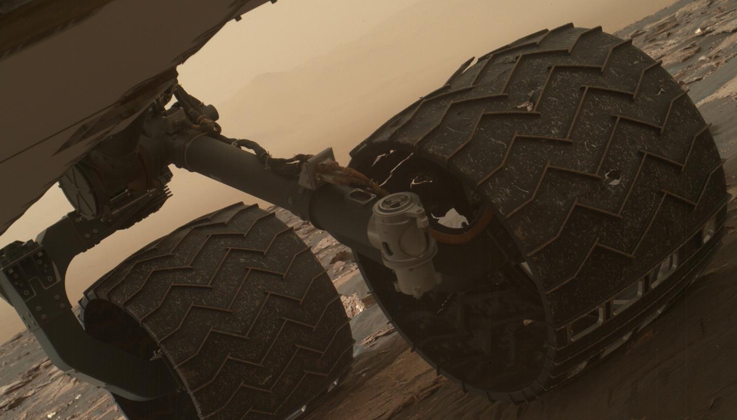 Колеса Curiosity: эта фотография была сделана 19 марта 2017 года камерой Mars Hand Lens Imager на руке марсохода Curiosity НАСА. Изображение помогло членам команды миссии проверить состояние шести колес Curiosity.