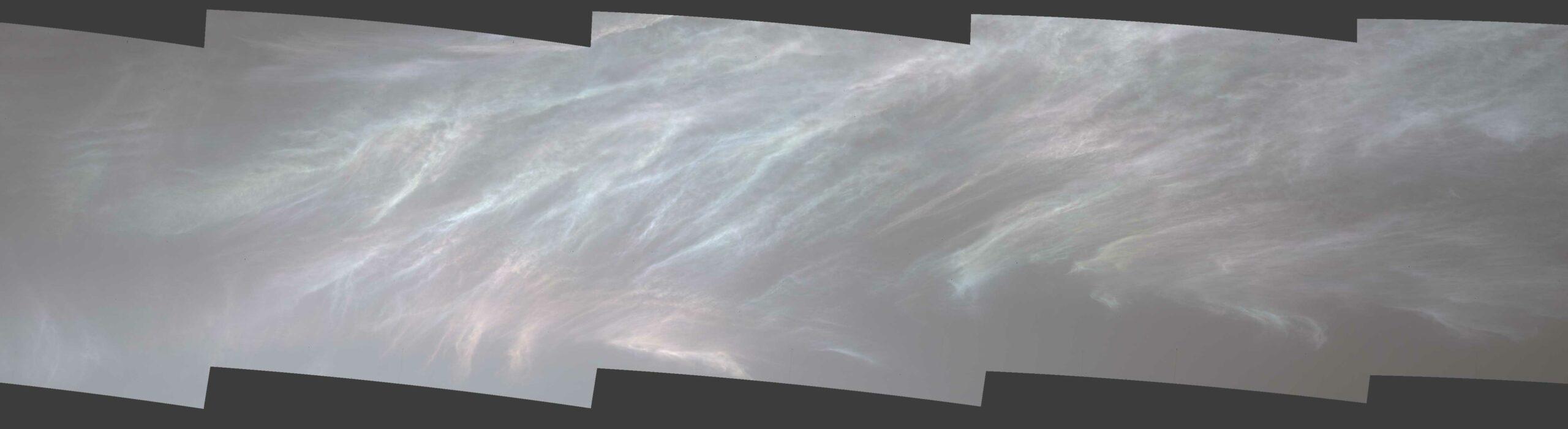 Марсоход НАСА Curiosity заметил эти переливающиеся, или «перламутровые», облака 5 марта 2021 года, в 3048-й марсианский день миссии. Здесь вы видите пять сшитых вместе кадров из гораздо более широкой панорамы, снятой Mast Camera или Mastcam марсохода.
