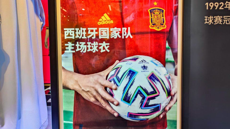 Реклама фитнес - бренда Adidas в Китае-Adidas предоставляет официальный мяч для матчей Евро-2020