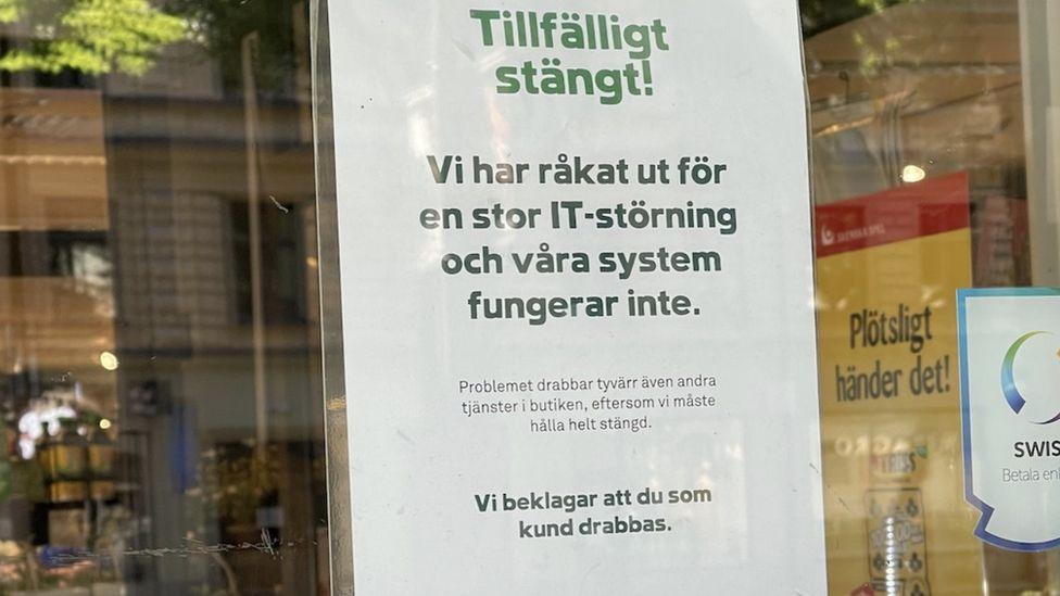 """Вывеска на одном из закрытых Coop магазинов в Швеции гласит, что компания пострадала от """"крупных ИТ-нарушений"""""""