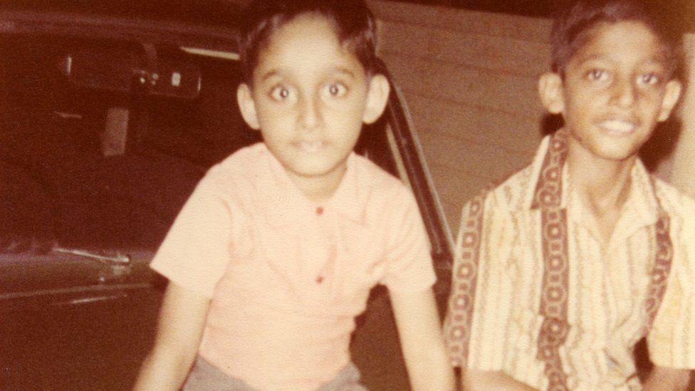 Сундар Пичаи (справа) со своим братом, растущим в Ченнаи, Индия