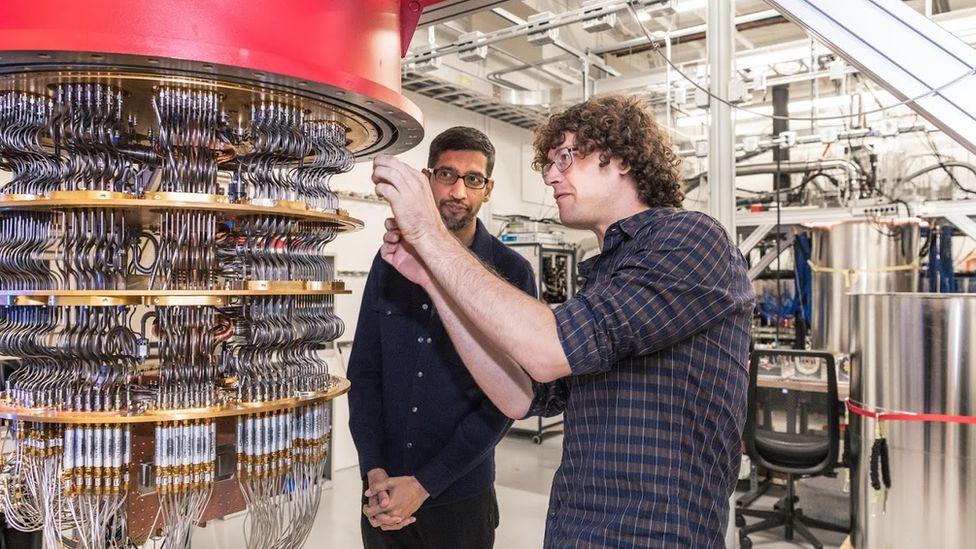 Старший научный сотрудник Дэниел Санк показывает Сундару Пичаи один из квантовых компьютеров в лаборатории в Санта-Барбаре