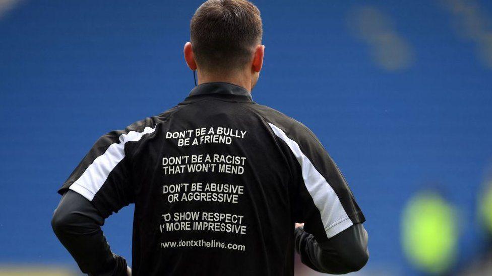 В прошлом месяце судьи матча на игре Премьер-лиги были одеты в футболки с лозунгами против злоупотреблений