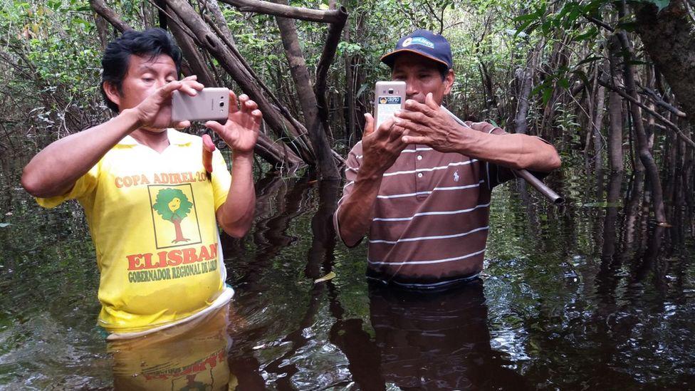 Коренные жители кичуа определяют свое местонахождение, пробираясь через мангровые заросли тропических лесов по пути к расследованию тревог, связанных с вырубкой лесов. технологии