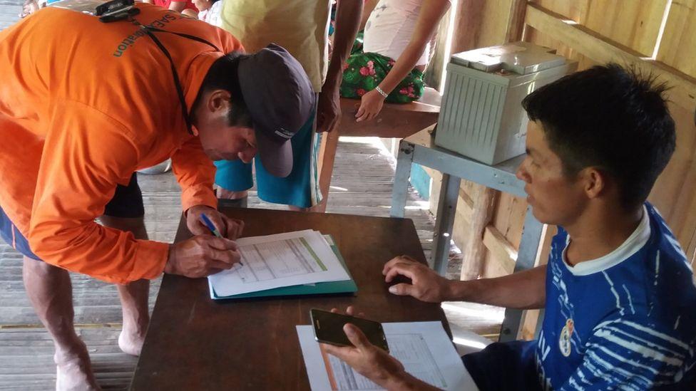 Наблюдатель из Кичуа заполняет отчет, подтверждающий факт незаконной вырубки леса, после возвращения с лесного патрулирования