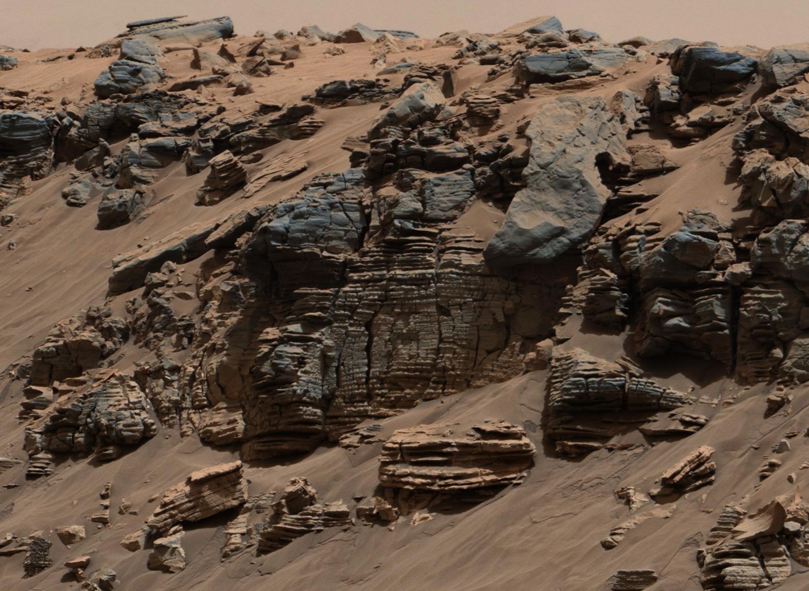 Осадочные признаки дна марсианского озера: Эта равномерно слоистая порода, сфотографированная мачтовой камерой (Mastcam) марсохода НАСА Curiosity, показывает картину, характерную для осадочных отложений на дне озера недалеко от места впадения проточной воды в озеро.