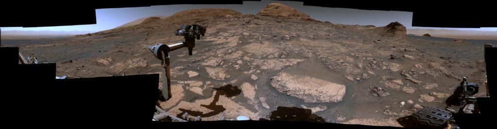 Curiosity смотрит на гору Рафаэля Наварро: Марсоход НАСА Curiosity использовал свою мачтовую камеру, или Mastcam, для съемки этого 360-градусного вида 3 июля 2021 года, на 3 167-й марсианский день, или сол, миссии.