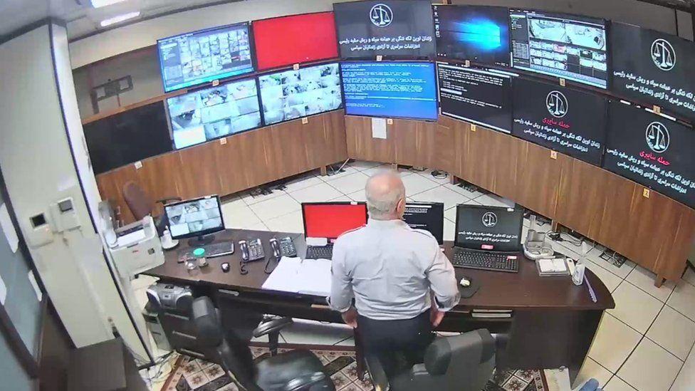 Хакеры размещали сообщения на экранах в комнате управления тюрьмы Эвин. Иран