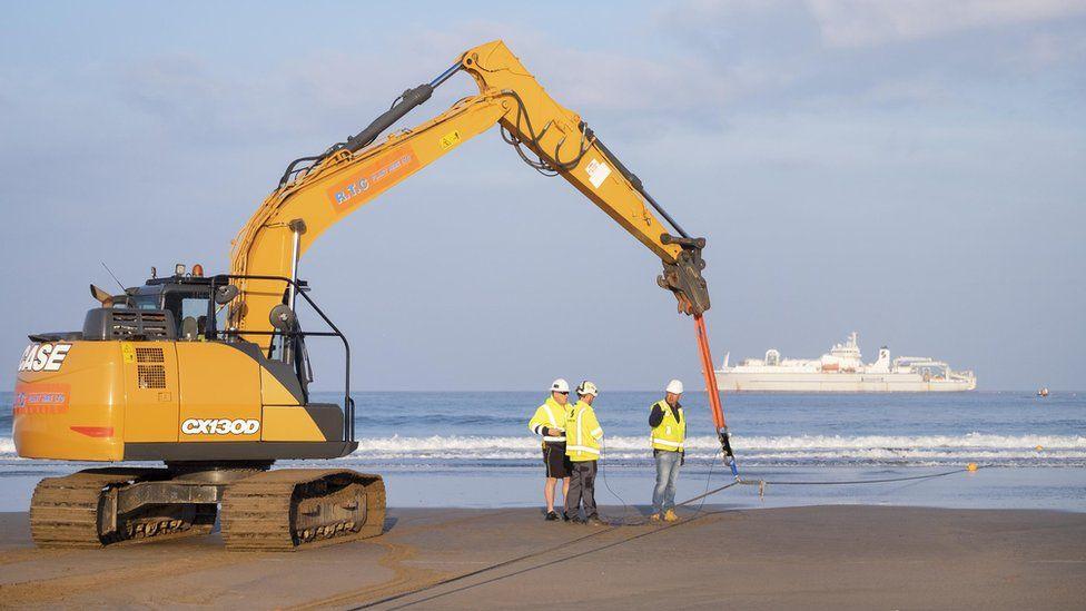 Один конец кабеля был вынесен на берег пляжа Круклетс в Буде, Корнуолл.
