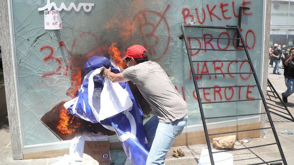 Некоторые демонстранты подвергли вандализму недавно установленные биткоин-банкоматы