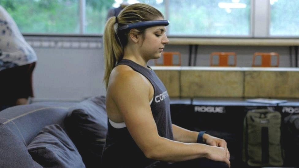 Image caption, Emma Baumert says the FocusCalm headband helps her relax